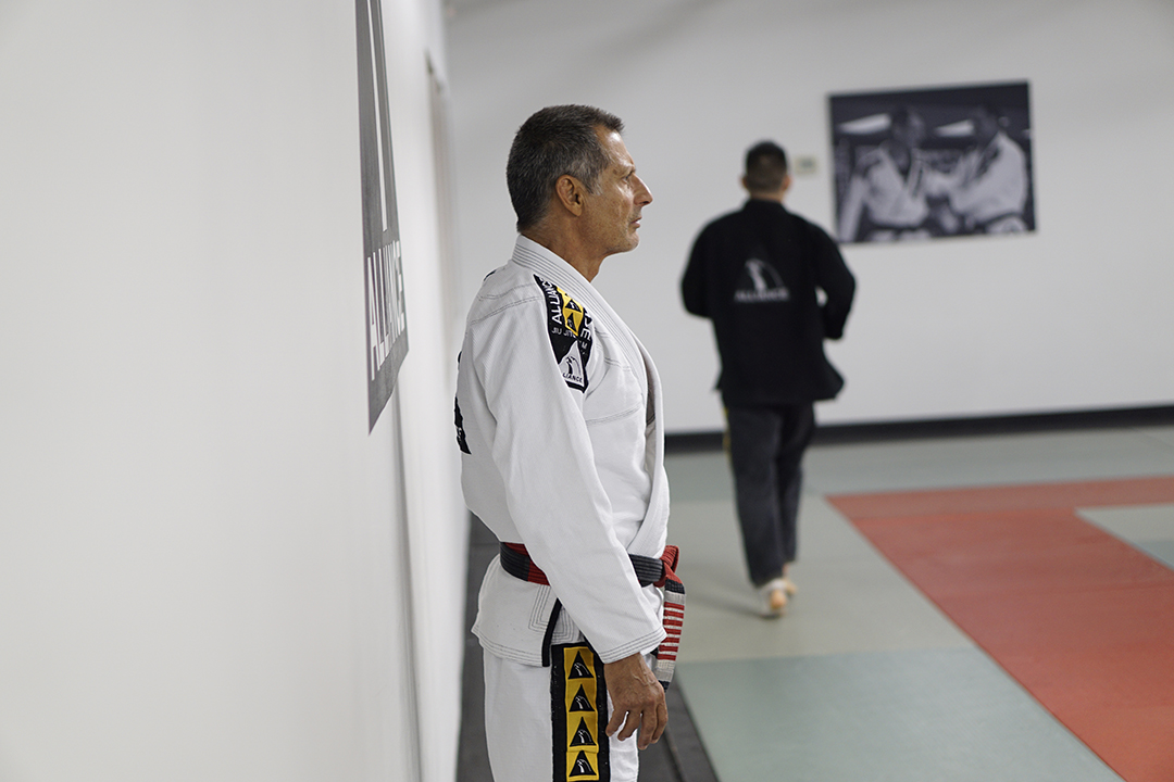 Jacare-standing-by-wall